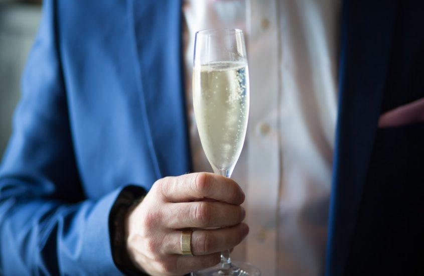Hoe komt het depot uit de champagnefles?